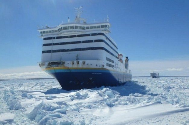 MV Highlanders-ferry-icebound-17Mar2015