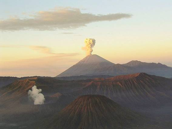 http://upload.wikimedia.org/wikipedia/commons/thumb/5/5f/Mahameru-volcano.jpeg/800px-Mahameru-volcano.jpeg