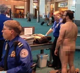 Descrição: TSA Protest: Oregon Man Gets Naked For The Cause