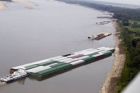 Descrição: Barges and their towboats accumulate alongside the Mississippi banks of the Mississippi River near Greenville, Miss., Tuesday, Aug. 21, 2012. Officials with the U.S. Army Corps of Engineers say low water levels that are restricting shipping traffic, forcing harbor closures and causing towboats and barges to run aground on the Mississippi River are expected to continue into October. (AP Photo/Rogelio V. Solis)