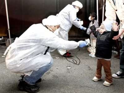 A person examines a japanse baby for radiation