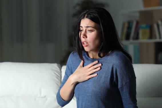 mulher que sofre um ataque de ansiedade sozinho na noite - health crisis - fotografias e filmes do acervo