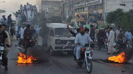 Descrição: Activists of Pakistan Muslim League (N) demonstrate during a rally in Rawalpindi (file photo).